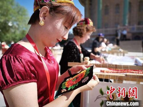 活动现场,绣娘们匠心独特,展示刺绣技艺。 叶翠 摄