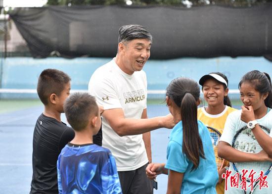 用镜头记录下一群佤族少年们的网球世界