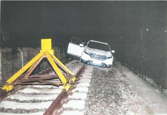 男子喝醉酒深夜驾车冲上铁轨向前开了1000多米
