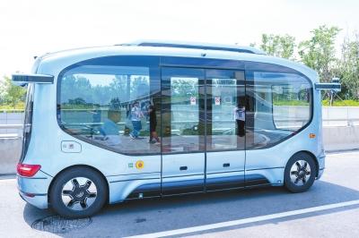 郑州无人驾驶小巴科技感十足 已向全民免费开放体验