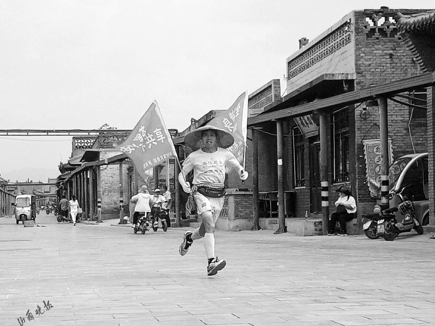 """马拉松爱好者农民""""跑神""""邓良华用实际行动倡导全民健身"""