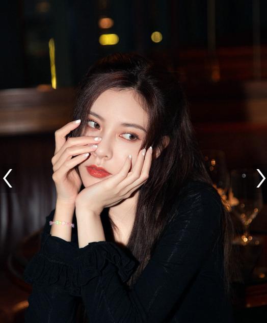女演员宋妍霏身穿同款姜黄色连衣裙演绎复古港风