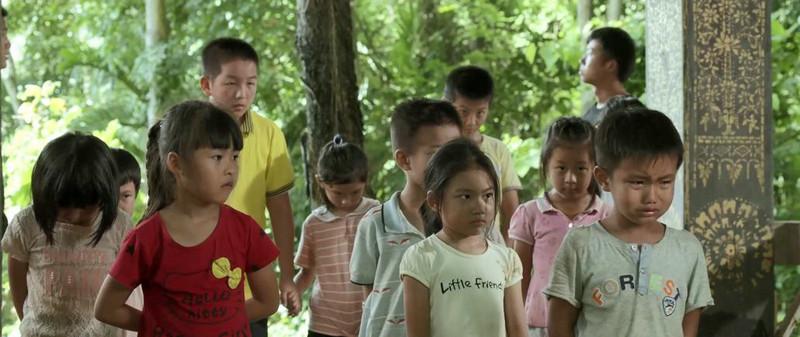 正能量电影《天下无拐》最新海报小女孩被大手笼罩