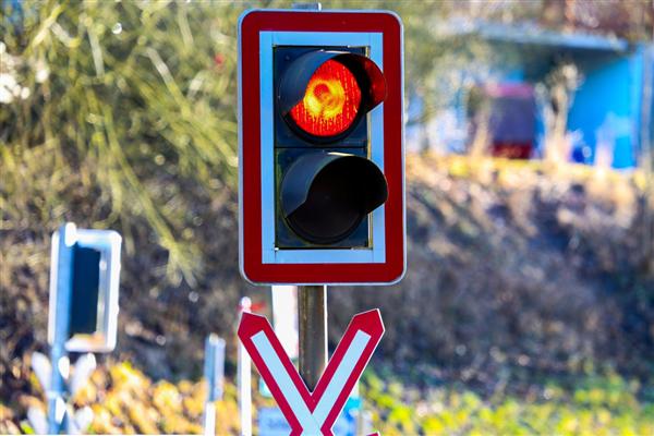"""如何避免跟随大车""""误""""闯红灯?记住这些操作"""