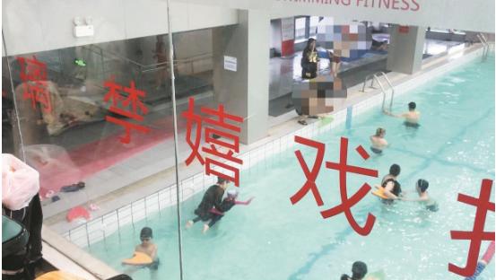 武汉一游泳馆工作人员失误怪气味致多名儿童头晕呕吐