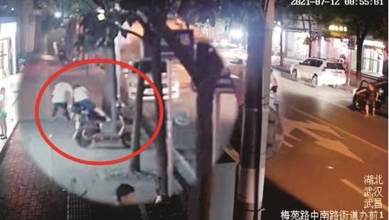 女子逛夜市金项链遭抢夺 警察与嫌疑人展开时间赛跑