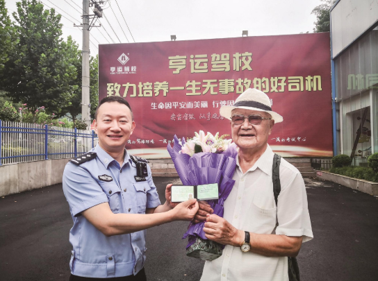 十堰市85岁老人顺利通过科目四考试 开心拿到了驾照