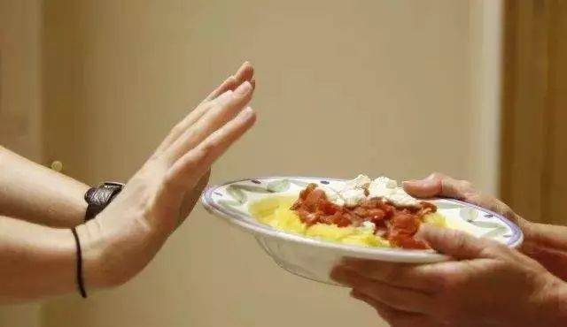 偶尔不吃早饭或午饭对体重的变化是否有显著影响?