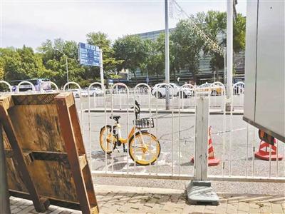 北京部分共享单车仍停在提醒牌附近 建议市民可投诉举报