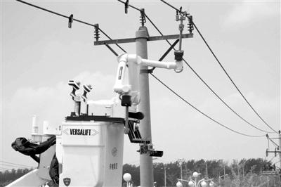 山东开展双臂全自主带电作业机器人带电安装接地挂环工作