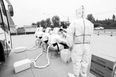 """河南自主研发生产的新型医用防护服成医护人员的""""避暑神器"""""""