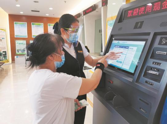武汉首台燃气现金自助充值机为不习惯手机支付的用户带来便利