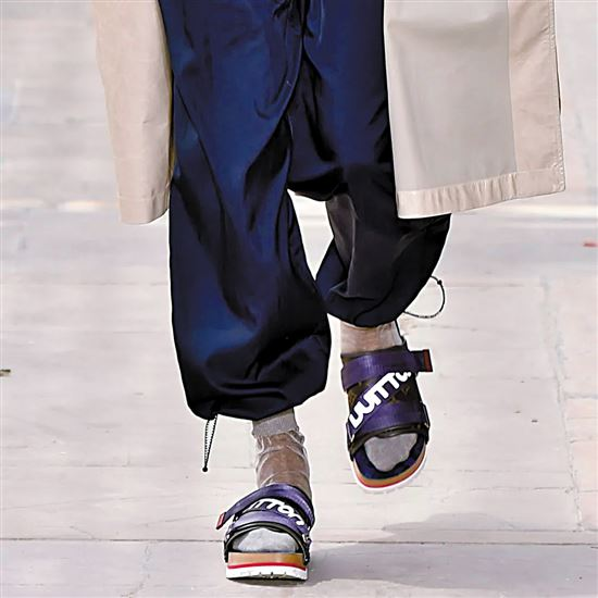 丑拖鞋尽管被诟病但不妨碍继续成为今夏街头潮流爆款