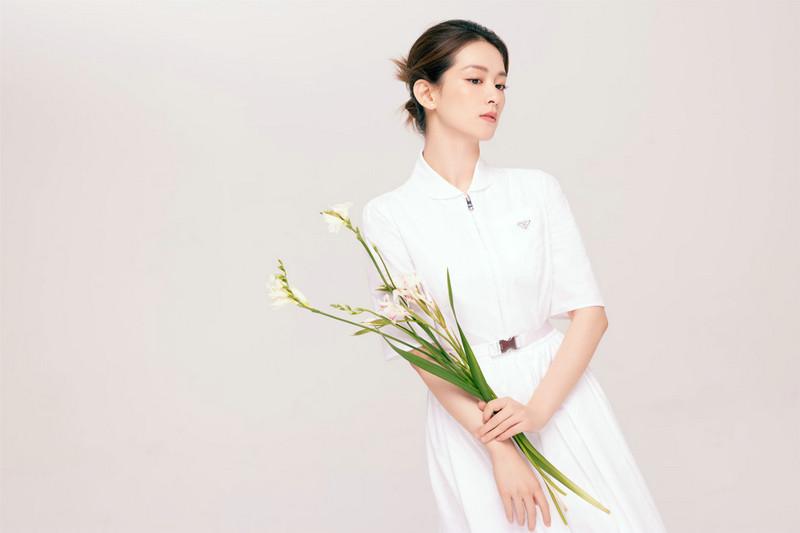 《循环初恋》女主白色束腰连衣裙搭配淡雅素妆成熟又不失灵动