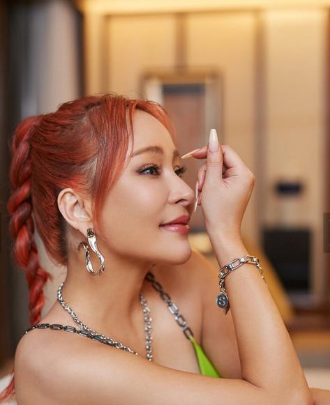 温岚橘红发色搭配荧光绿金属链条吊带极具时尚高级感