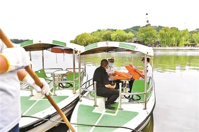 北京对北海公园水域游船进行了检查保障安全游船