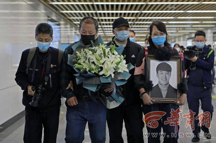 陕西宝鸡26岁男子见义勇为时不幸遇难 父亲泪流满面呼唤儿子