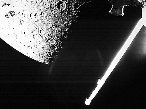 水星探测器从大约1000公里的距离拍摄了水星表面的黑白照片
